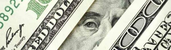 Россияне следят за курсом доллара