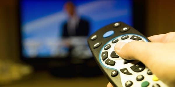 человек смотрит телевизор