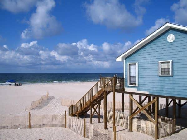 Сколько нужно денег, чтобы купить домик у моря, и целесообразно ли такое вложение