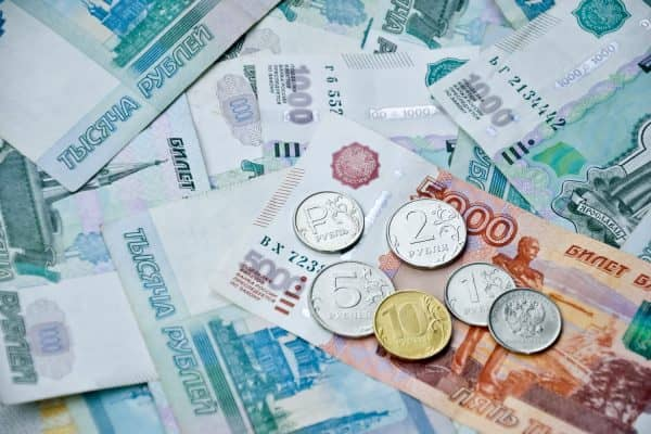 Средняя зарплата по Москве составила 92 500 рублей, в регионах России – вдвое меньше