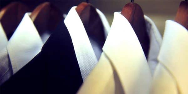 брендовая одежда на вешалке